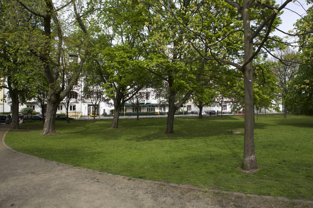 Volkspark Friedrichshain - Restaurant Qadmous vom Park Weg